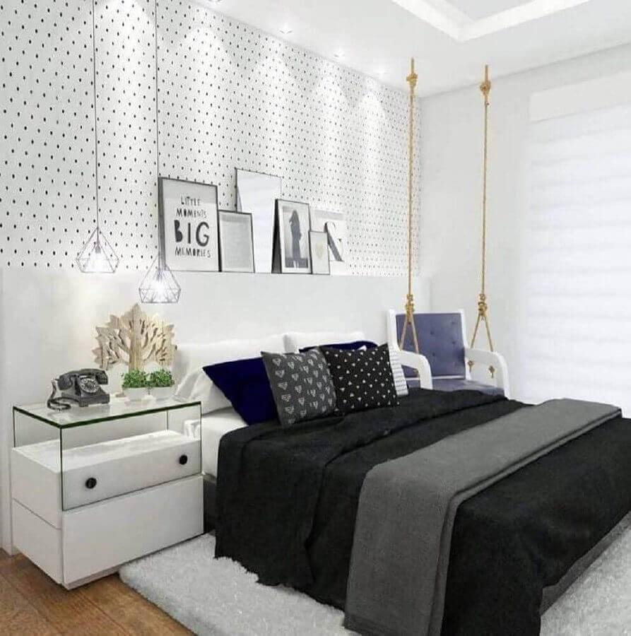 modelos de quarto todo branco decorado com papel de parede de bolinha e poltrona de balanço Foto Webcomunica