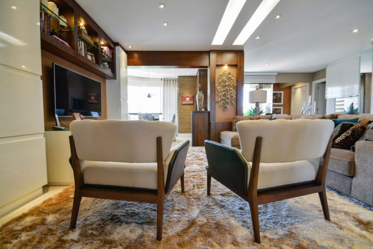 A poltrona de madeira decora a sala de estar