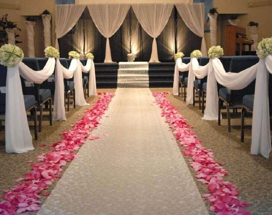 Pink petals for decoration of wedding ceremony Foto Pinosy