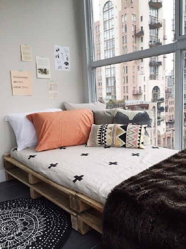 Quarto pequeno com cama de pallet de solteiro