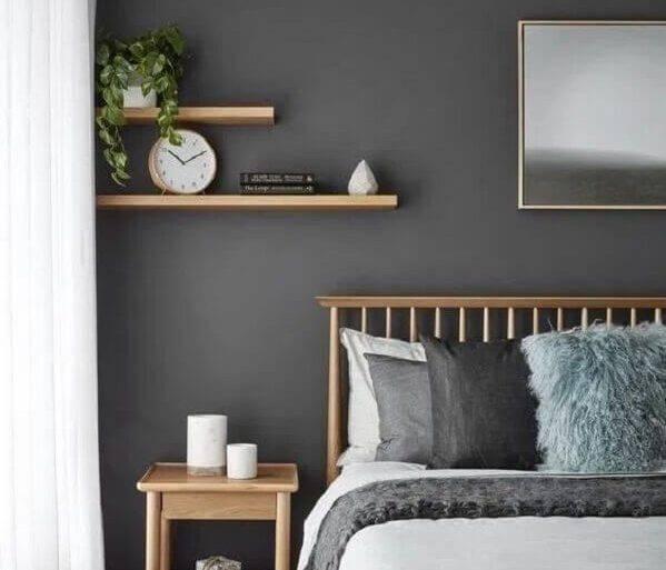 parede cinza para quarto decorado com móveis e prateleiras de madeira  Foto Vhiena - blogger inspiration