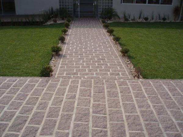 Calçada extensa revestida com miracema