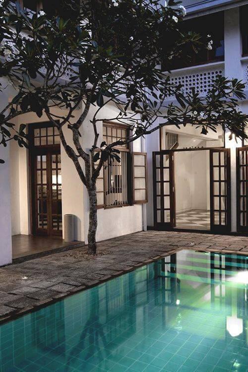 pedra para piscina - área de piscina com árvore