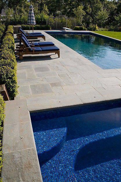 pedra para piscina - área de piscina com cadeiras
