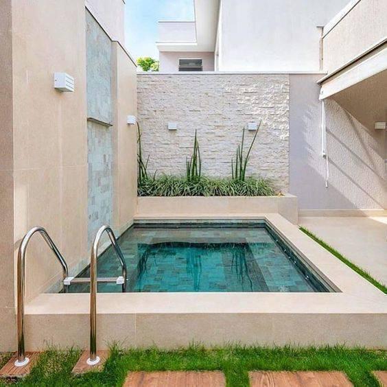 pedra para piscina - pedra lisa em piscina pequena