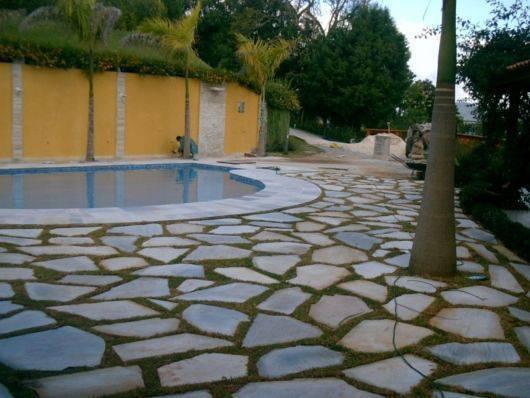 pedra para piscina - pedra são tomé com grama