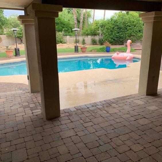 pedra para piscina - piscina com boia de flamingo