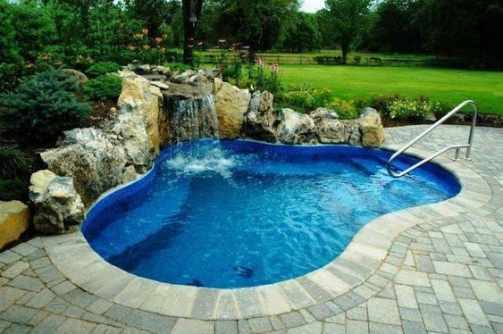 pedra para piscina - piscina com decoração rústica