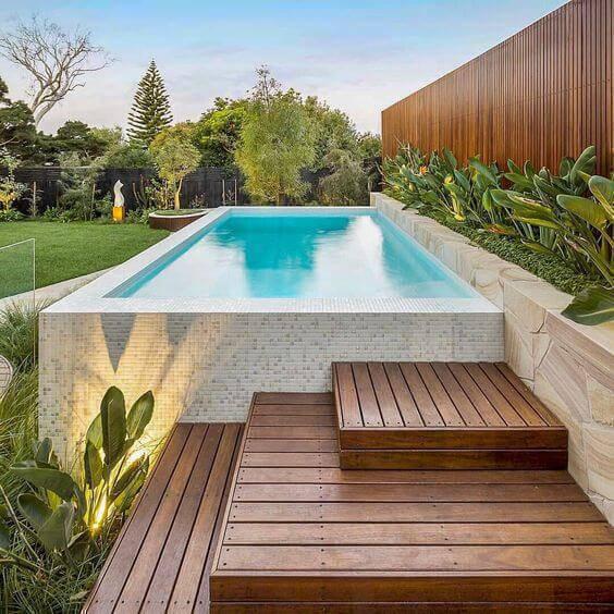 pedra para piscina - piscina com escada de madeira
