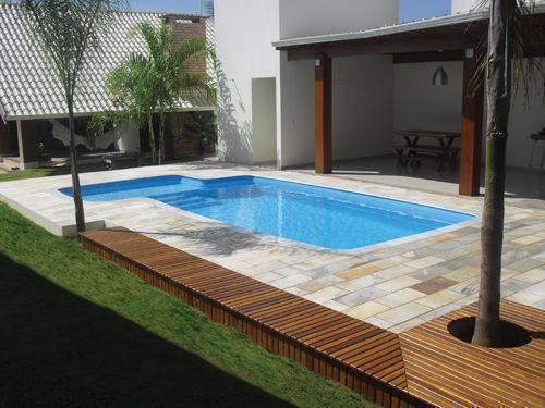 pedra para piscina - piscina com pequeno deck