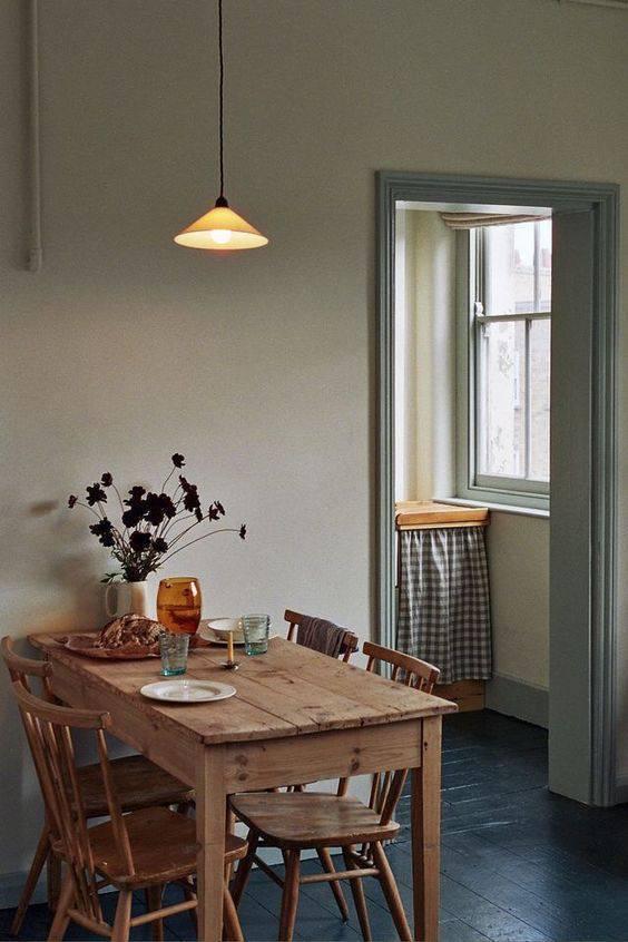 pisos antigos - cozinha com piso de madeira escuro