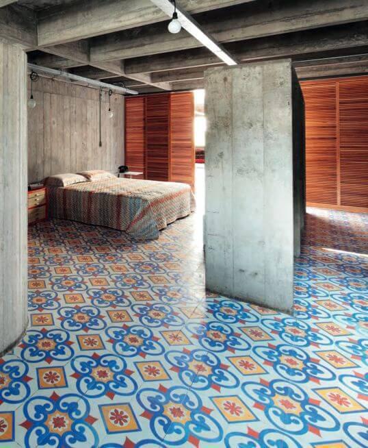 pisos antigos - quarto rústico com piso colorido