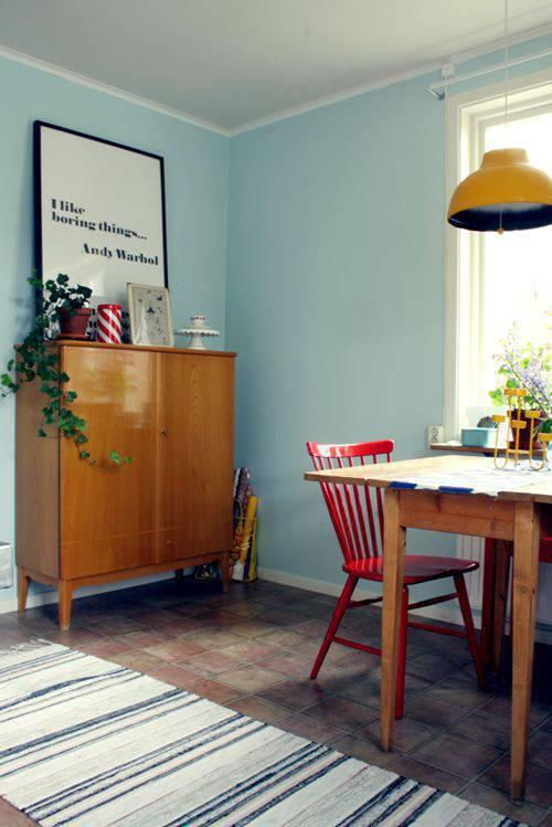 pisos antigos - sala de jantar com cadeira vermelha