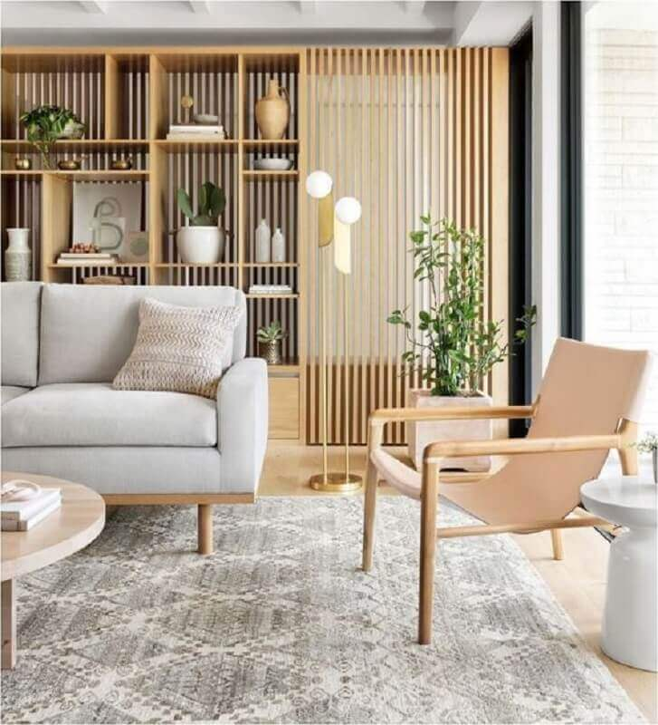 poltrona com base de madeira para decoração de sala clean com sofá cinza claro  Foto Home Fashion Trend