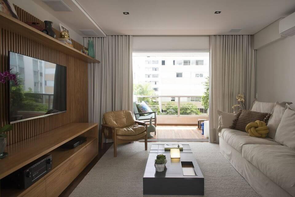 poltrona de madeira - cortina com tecido branco e poltrona de couro