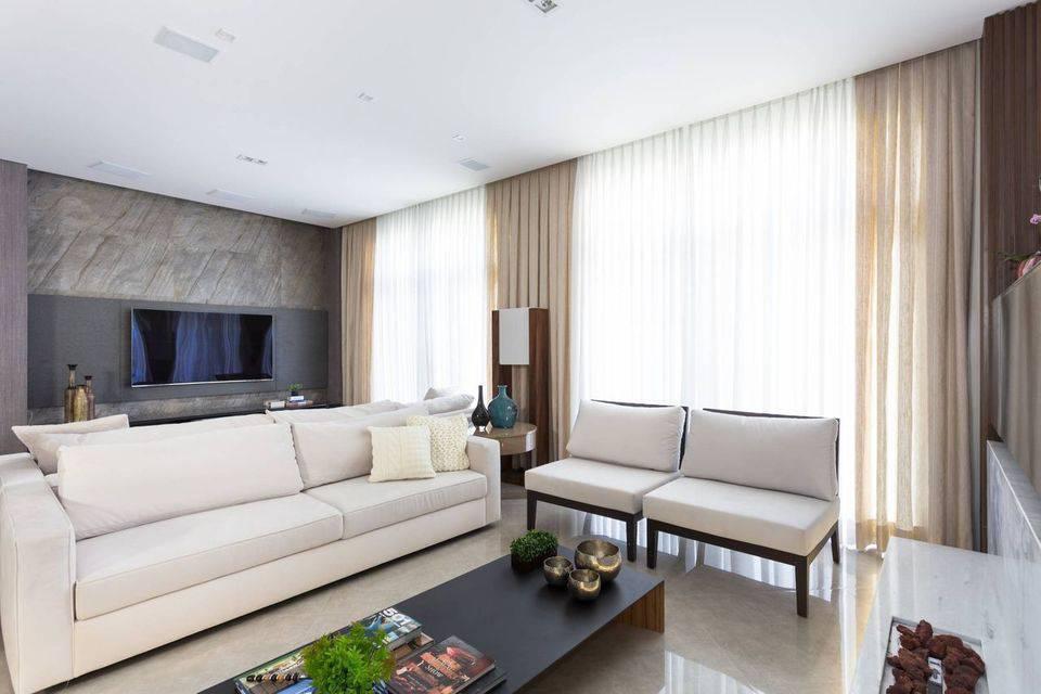 poltrona de madeira - mesa de centro de madeira preta e sofá de tecido