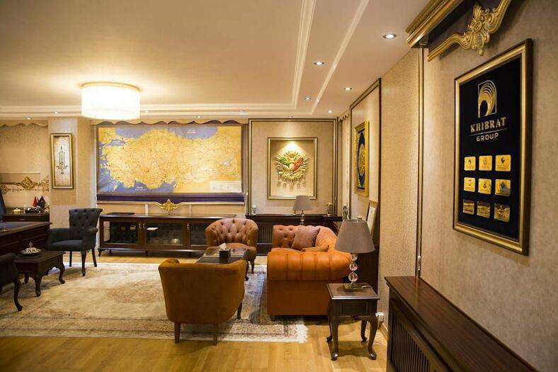 poltrona de madeira - mobiliário capitonê de tecido e piso de madeira