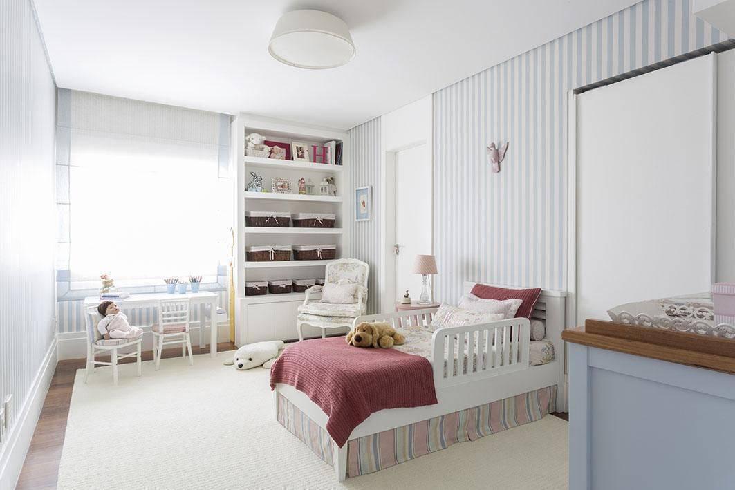 poltrona de madeira - papel de parede listrado azul e marcenaria branca