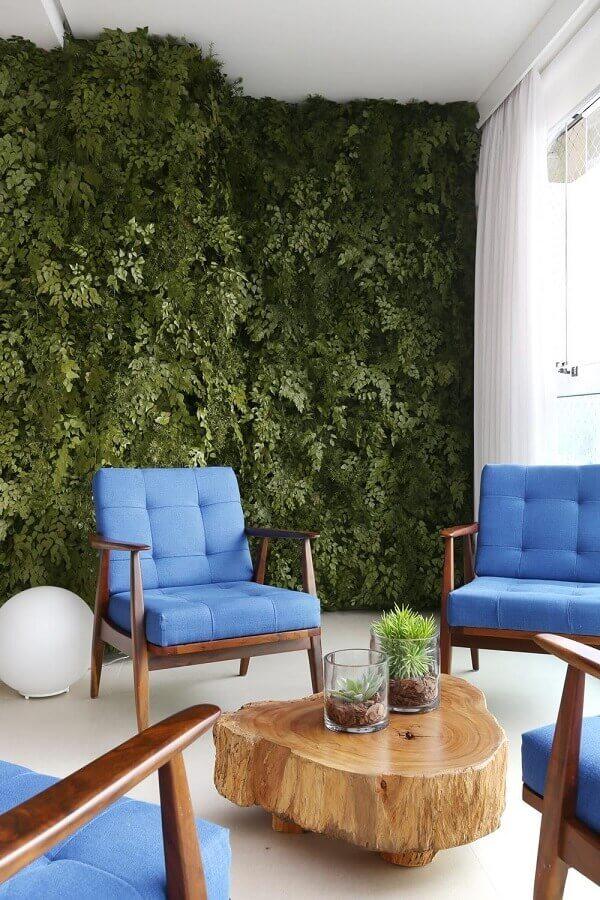 poltrona de madeira para varanda decorada com jardim vertical  Foto Casa de Valentina