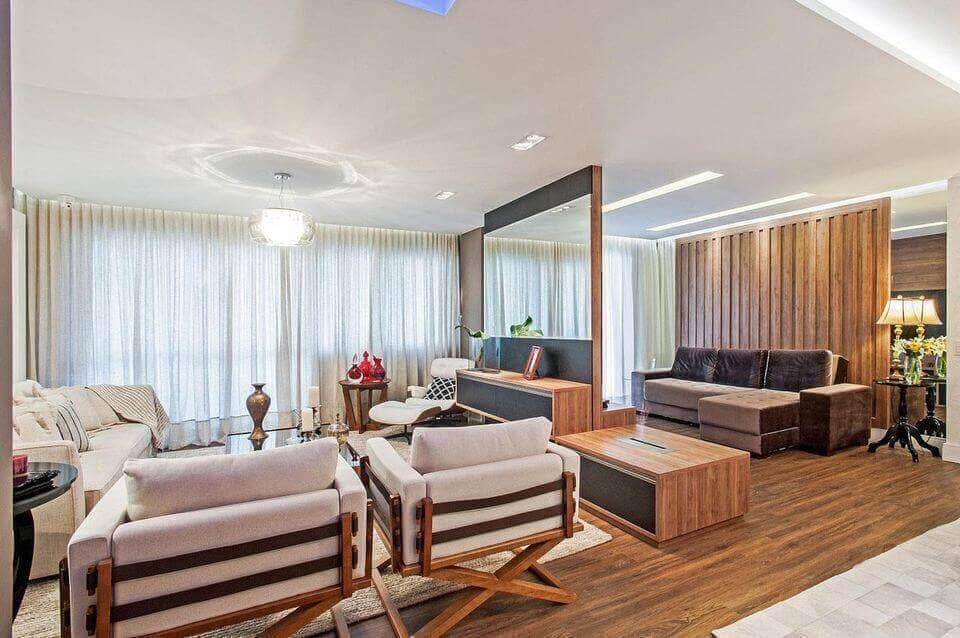 poltrona de madeira - piso de madeira contrastando com tapete e sofá branco