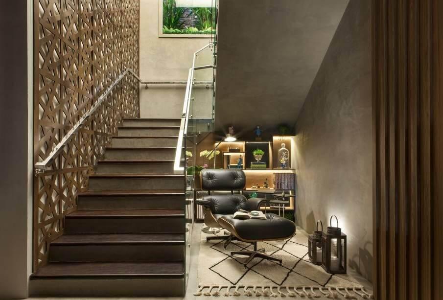 poltrona de madeira - poltrona ames de couro preto e tapete estampado
