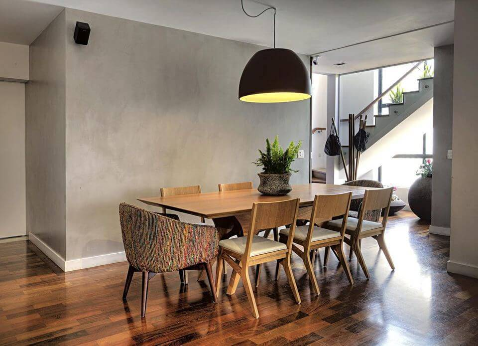 poltrona de madeira - poltrona colorida e cadeiras de madeira com couro