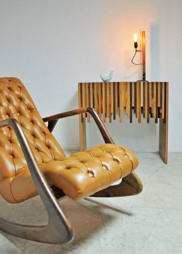 poltrona de madeira - poltrona de couro camurça e madeira e abajur
