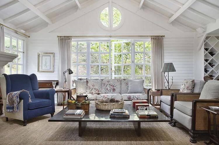 poltrona de madeira - poltrona de tecido azul e sofá com estampa florida