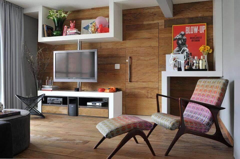 poltrona de madeira - poltrona estampada colorida e piso de madeira