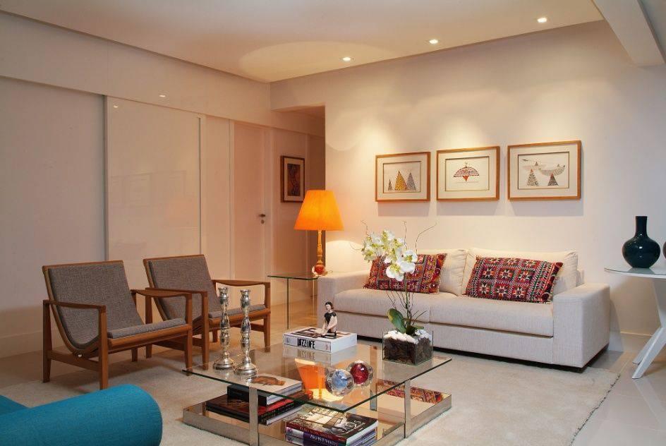 poltrona de madeira - poltronas de madeira com assento cinza e sofá azul