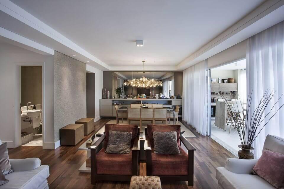 poltrona de madeira - poltronas de veludo e piso de madeira