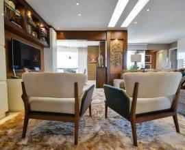 poltrona de madeira - sala de estar com cadeiras de madeira e acento - Bender Arquitetura
