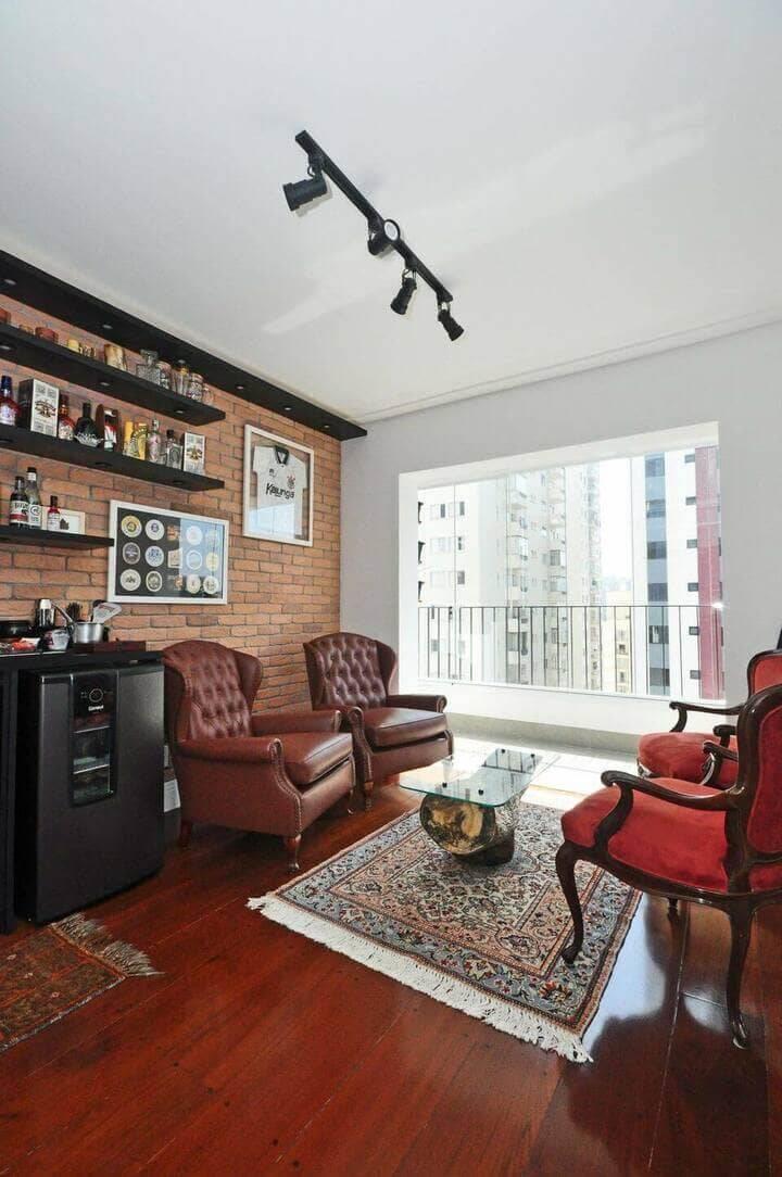 poltrona de madeira - sala de estar com mesa de centro de madeira rústica