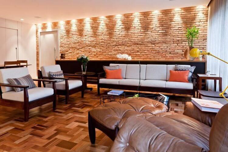 poltrona de madeira - sala de estar com piso de taco