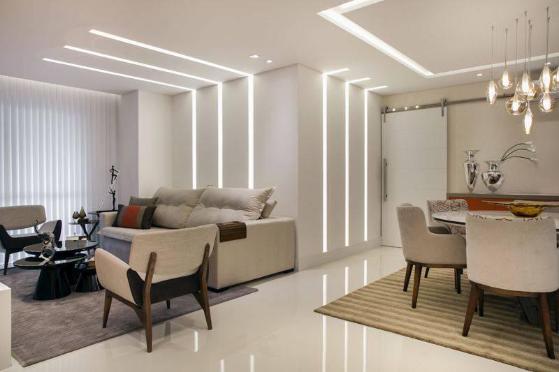 poltrona de madeira - salas integradas com mobiliário de tecido neutro