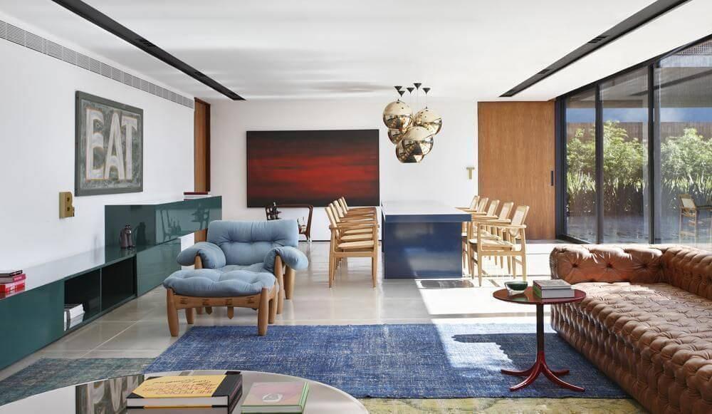 poltrona de madeira - sofá capitonê de couro marrom e poltrona de veludo