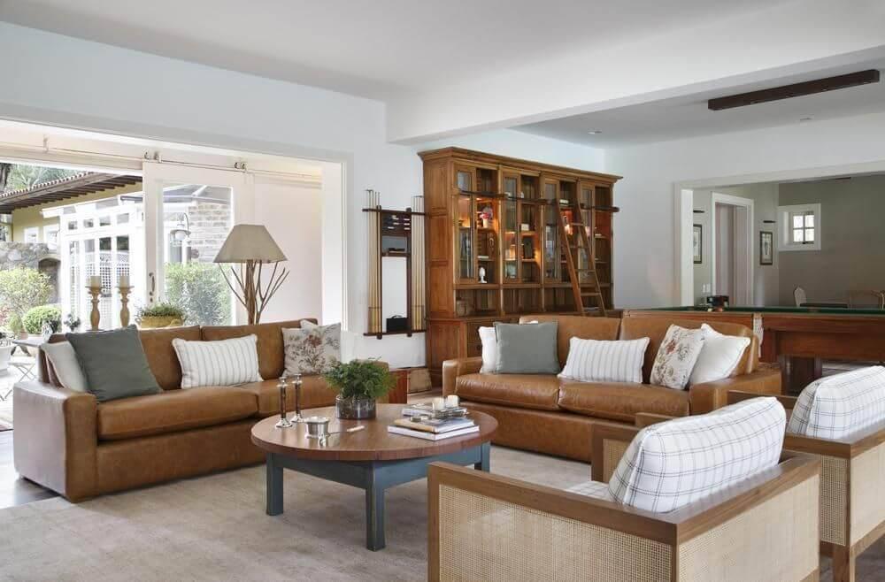 poltrona de madeira - sofá de couro marrom e poltrona com estofado