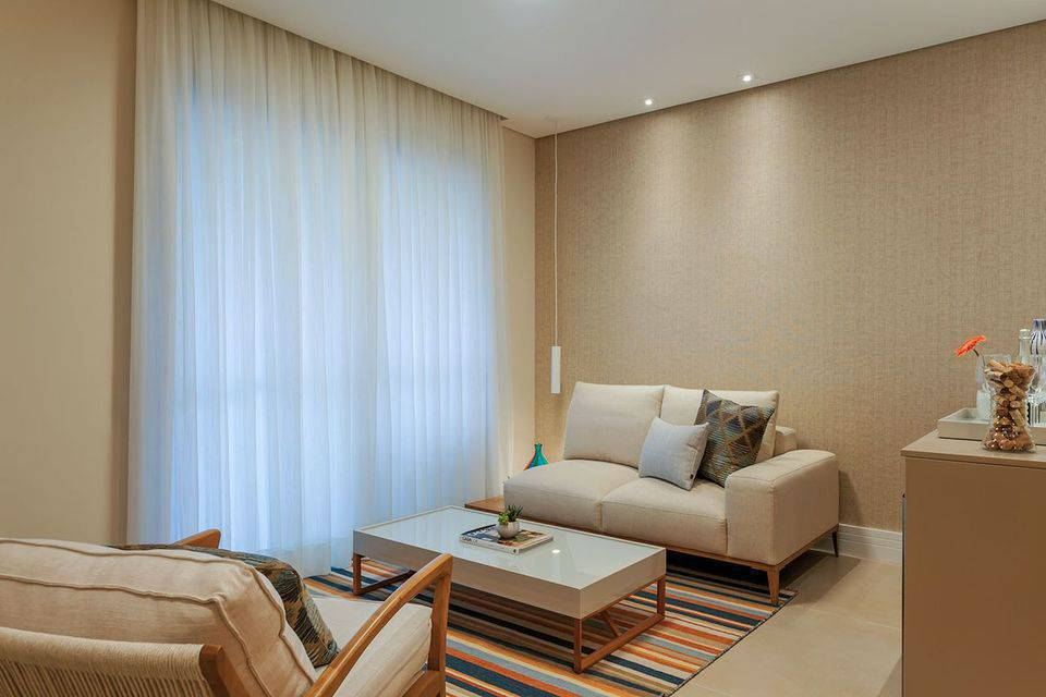 poltrona de madeira - tapete com listras e papel de parede