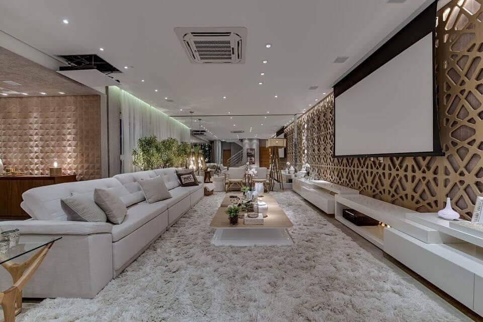 poltrona de madeira - tapete de pelinho branco e móveis planejados