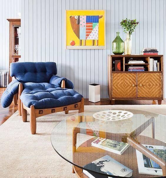 Poltrona mole azul na sala moderna