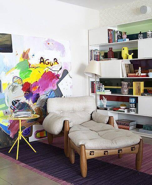 Poltrona moderna com quadro colorido