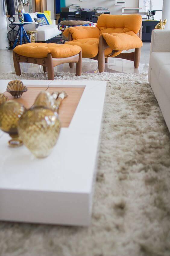 Poltrona mole na cor laranja na decoração