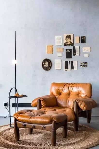 Poltrona mole na sala de estar com puff combinando