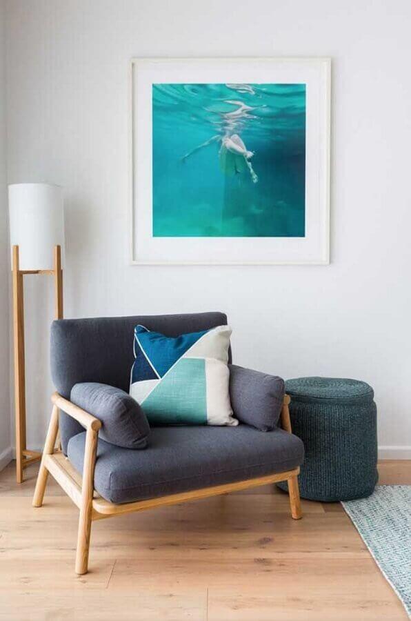 sala branca decorada com luminária de chão e poltrona de madeira com braço Foto Andreas Móveis