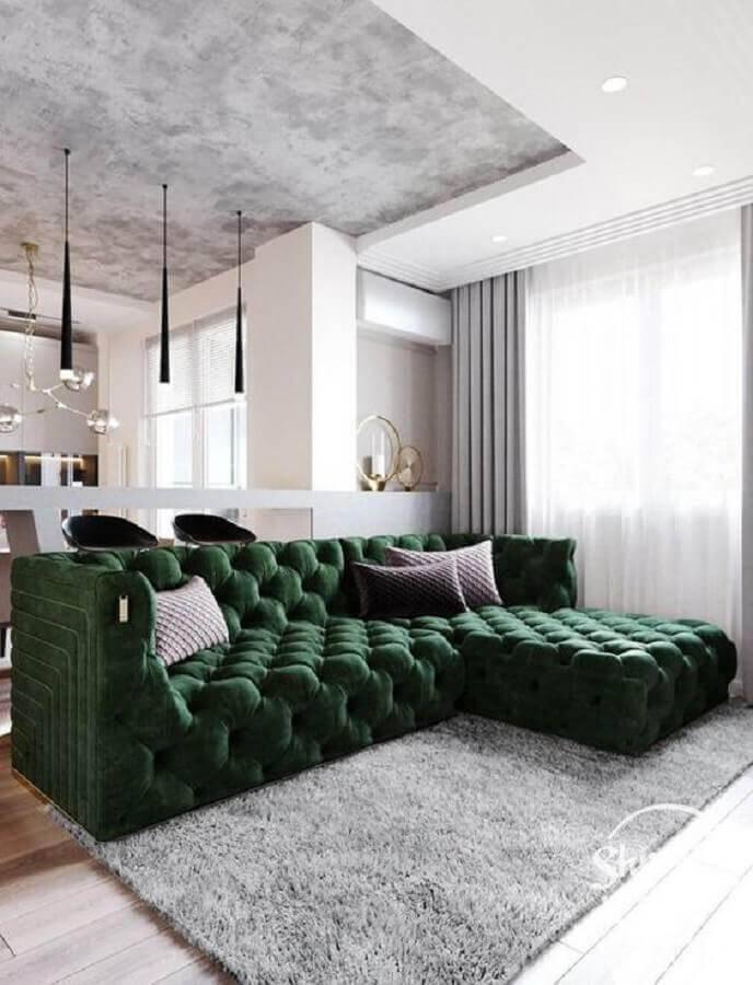 sala branca decorada com sofá verde escuro Foto Pinterest