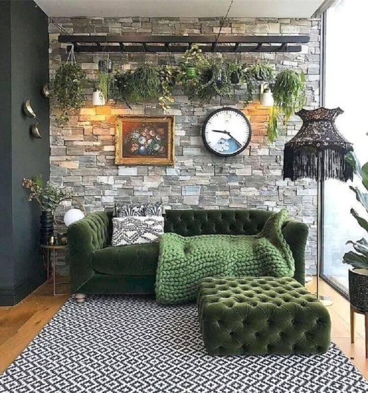 sala cinza decorada com sofá verde e parede de pedra Foto Ten is Extreme Shop