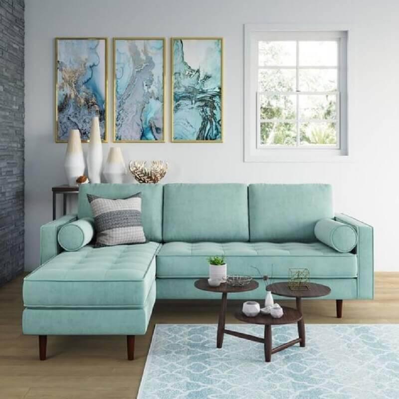 sala clean decorada com sofá verde claro Foto AllModern