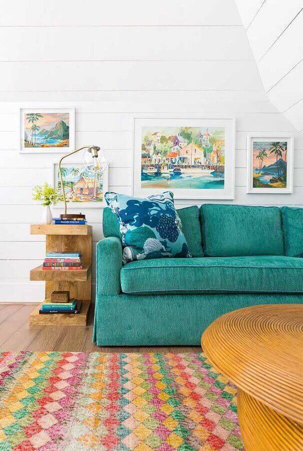 sala com sofá verde água e tapete colorido Foto Assetproject