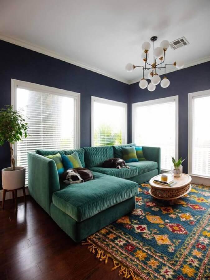 sala com sofá verde decorada com tapete colorido Foto Brenda Hnatishion