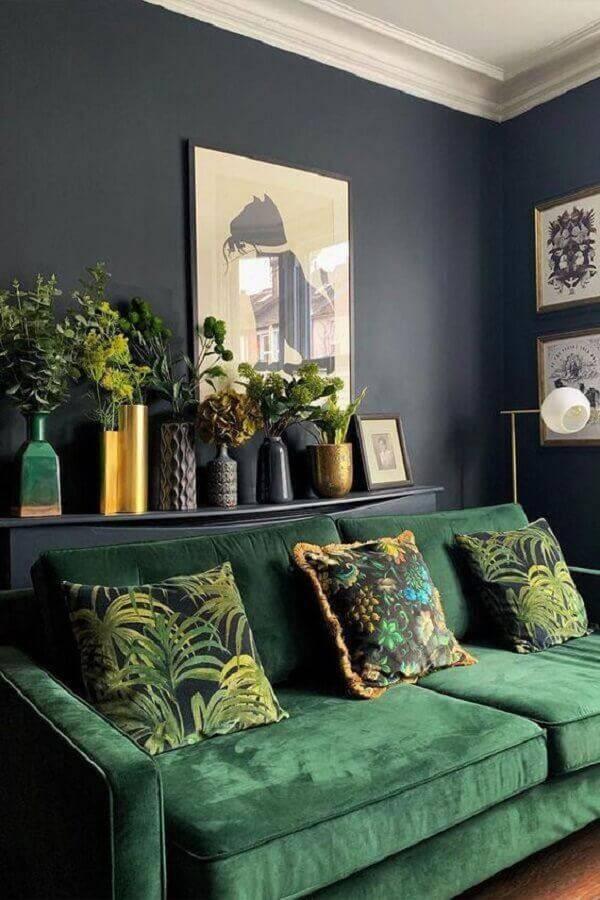 sala com sofá verde e parede cinza escuro Foto Crete Luxury Art Design